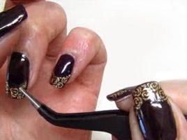 Aplicarea tatuajelor pe unghii